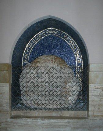 Камень, где якобы прятали тельце маленького Иоанна