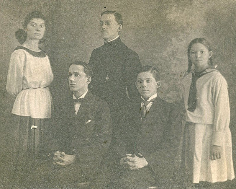 Дети о.Н.Чукова Анна, Борис, Николай, Александр, Вера Чуковы. 1922 г.
