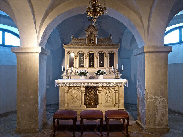 Мощи св. Арсакия Медиоланского можно увидеть в самой нижней нише