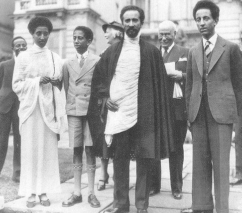 Подпись: (слева направо) принцесса Цехей, рас Харара Маконен, Его Императорское Величество, наследный принц Асфа Воссен в Лондоне в период их изгнания. Источник – сайт http://www.angelfire.com/ny/ethiocrown/HaileII.html