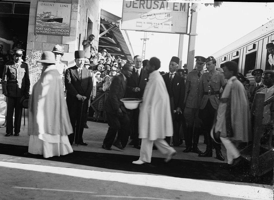 Хайле Селассие I на иерусалимском вокзале». Источник: коллекция Эрика и Эдит Матсон, Библиотека Конгресса США)
