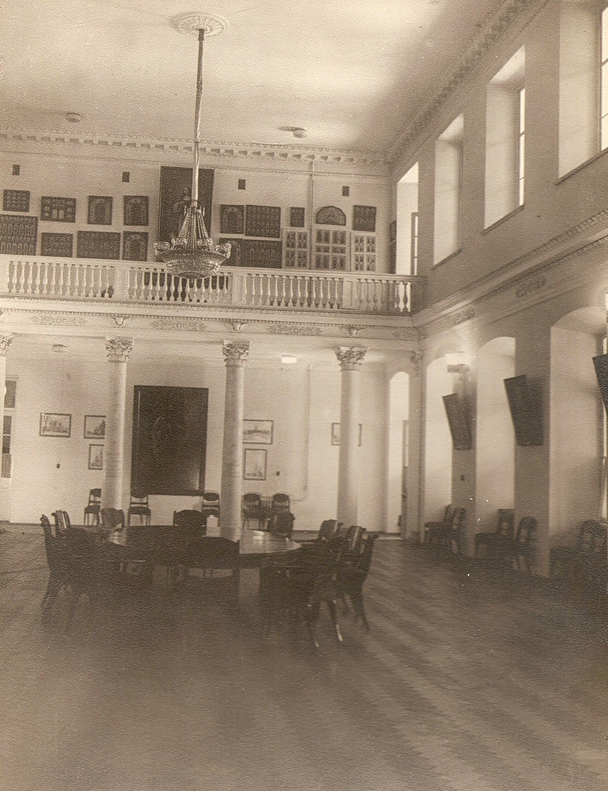 Колонный зал дома митрополита в Св.Духовском корпусе Лавры 1950-е гг.