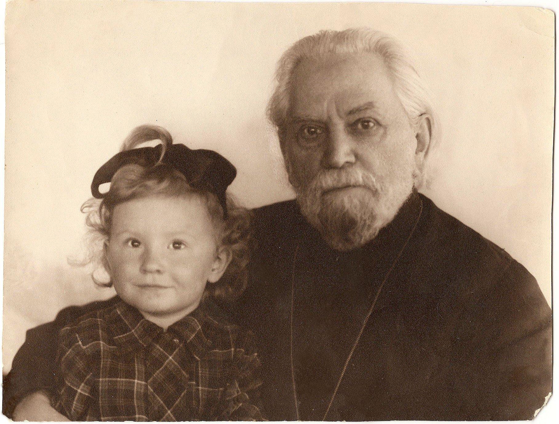 Митрополит Григорий с правнучкой Лидией. 1955 г.