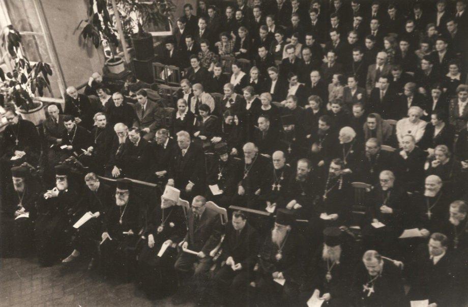 Делегация митрополитов Антиохийской Православной Церкви на концерте митрополичьего хора 28 мая 1953 г. в актовом зале Ленинградской Духовной Академии. Пятый справа в шестом ряду о.Алексий Ридигер.